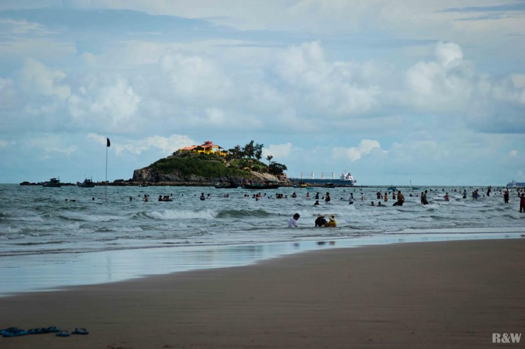 Petite île au large de la plage, s'y rendre peut vous porter chance