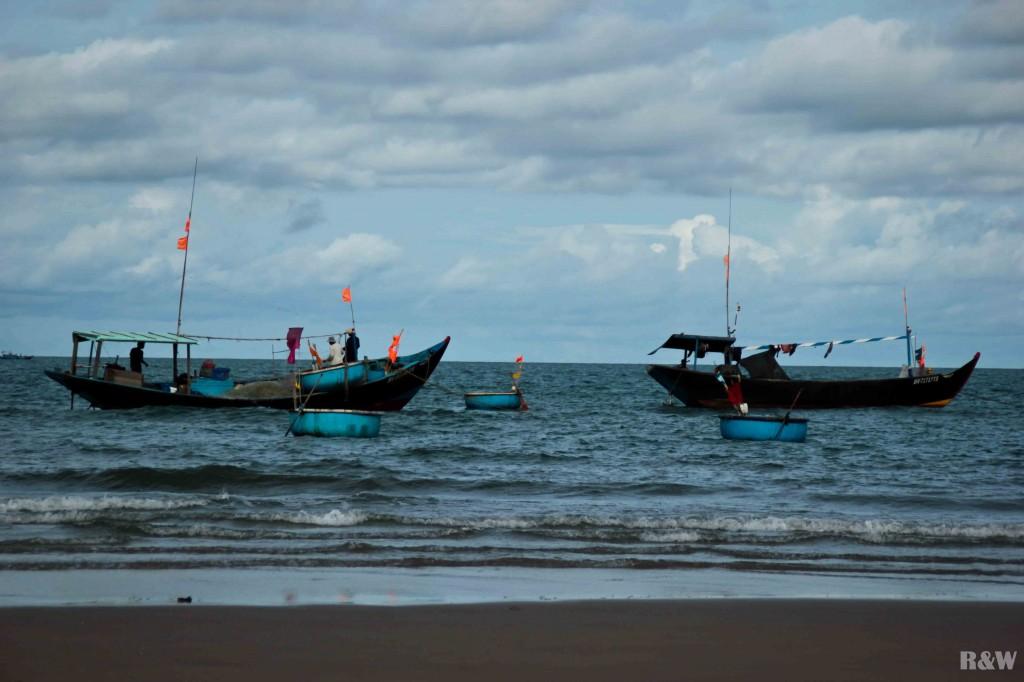 Des pêcheurs au large