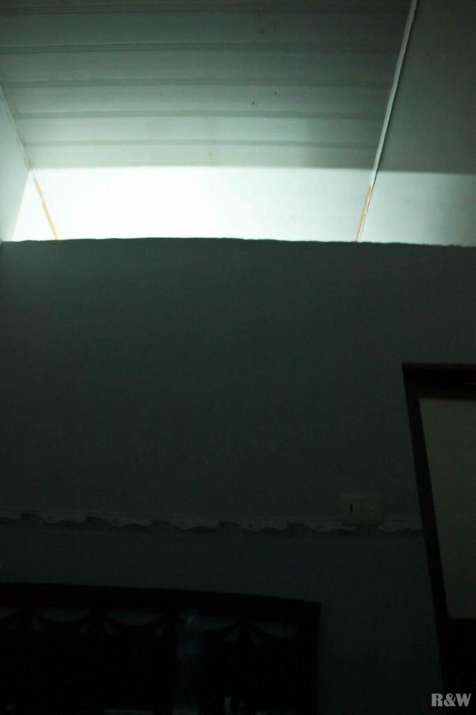 Le plafond communiquant avec les toilettes des voisins