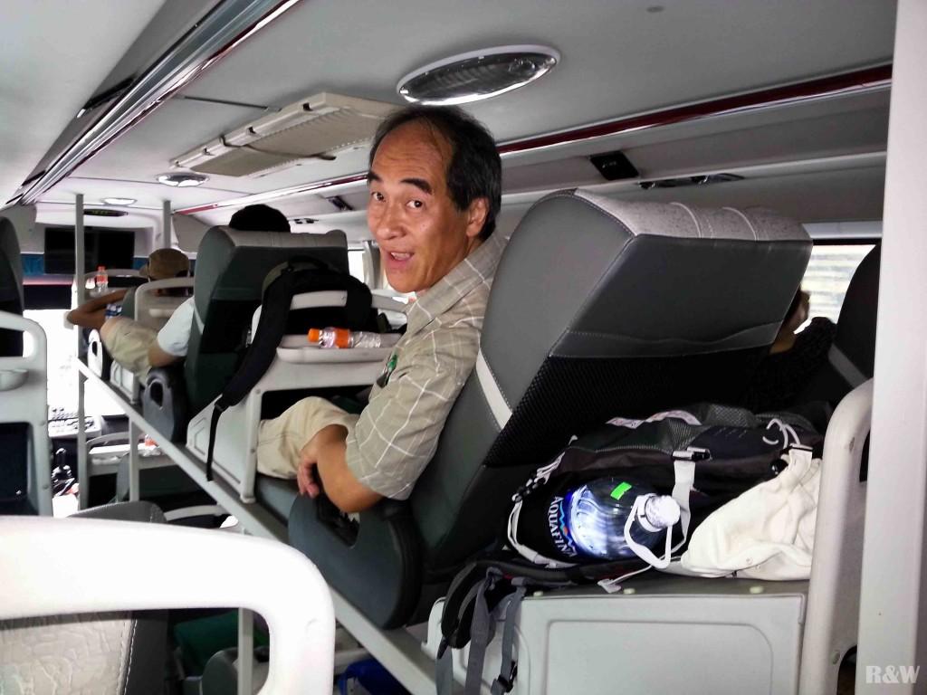 Papa dans le bus de nuit entre Nha Trang et Danang