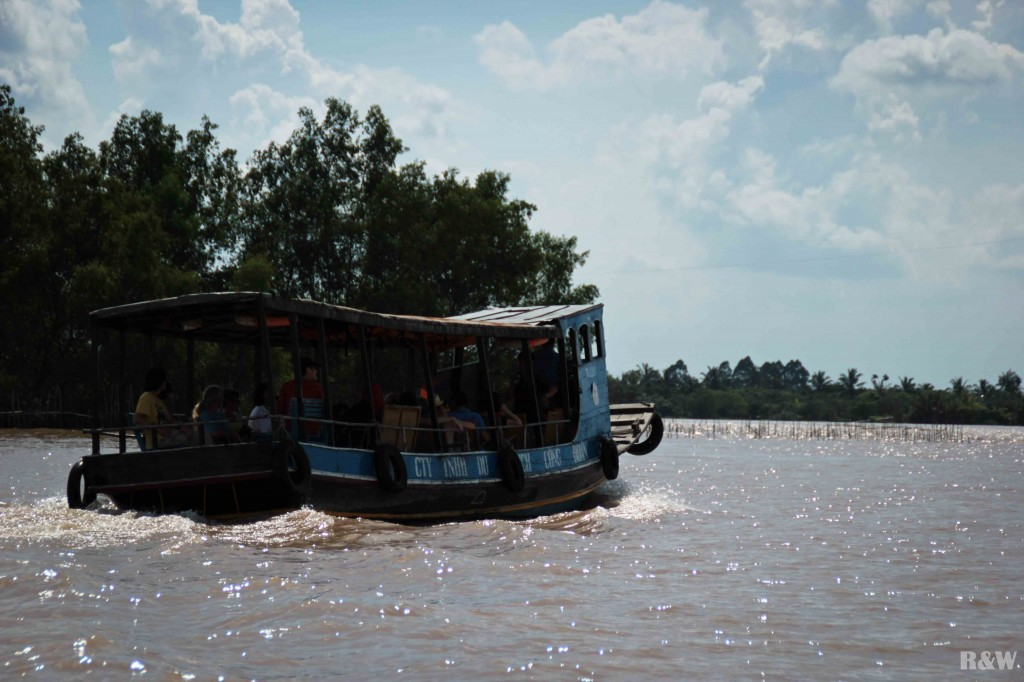 Une péniche ouverte pour naviguer dans le Delta
