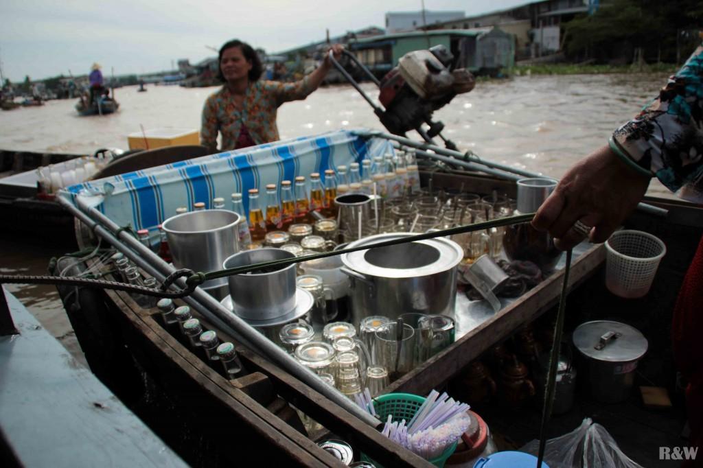 Une vietnamienne propose du thé ou de café