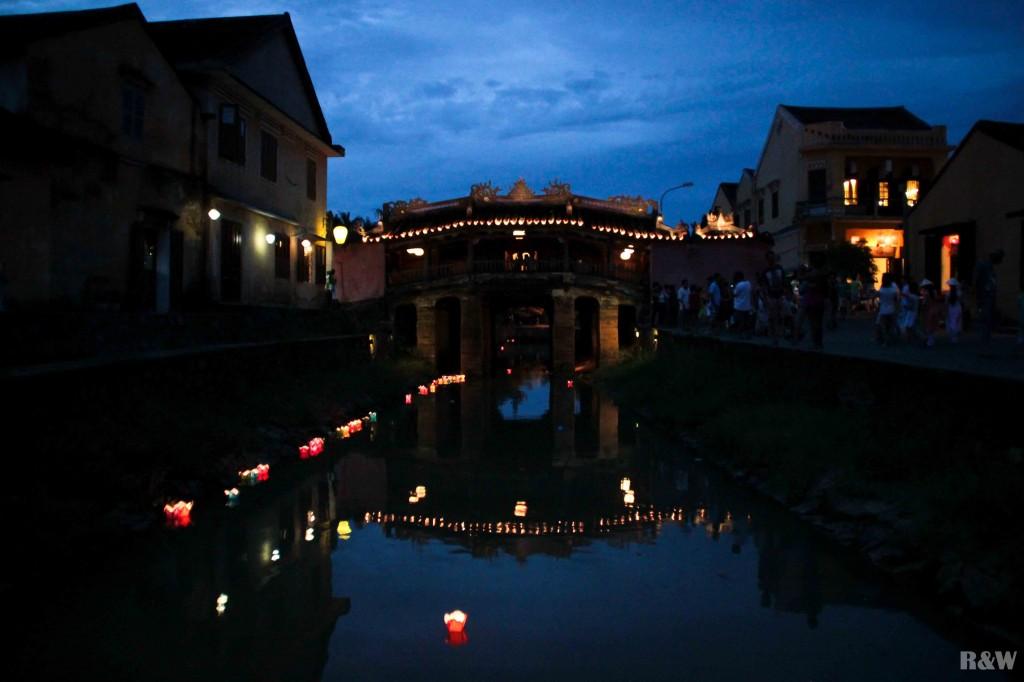 Le Pont japonais de nuit