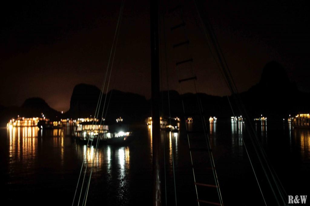 La baie d'Along de nuit