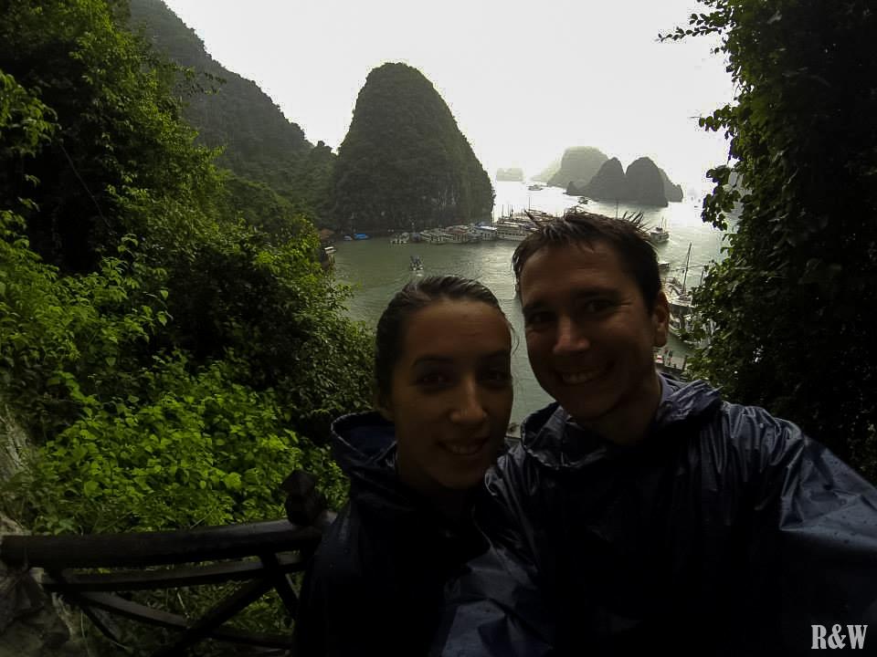 Depuis la Grotte des merveilles, une baie d'Along en poncho