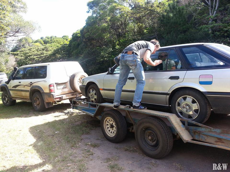 La Nissan Pintara en plein remorquage sur la route d'Atherton
