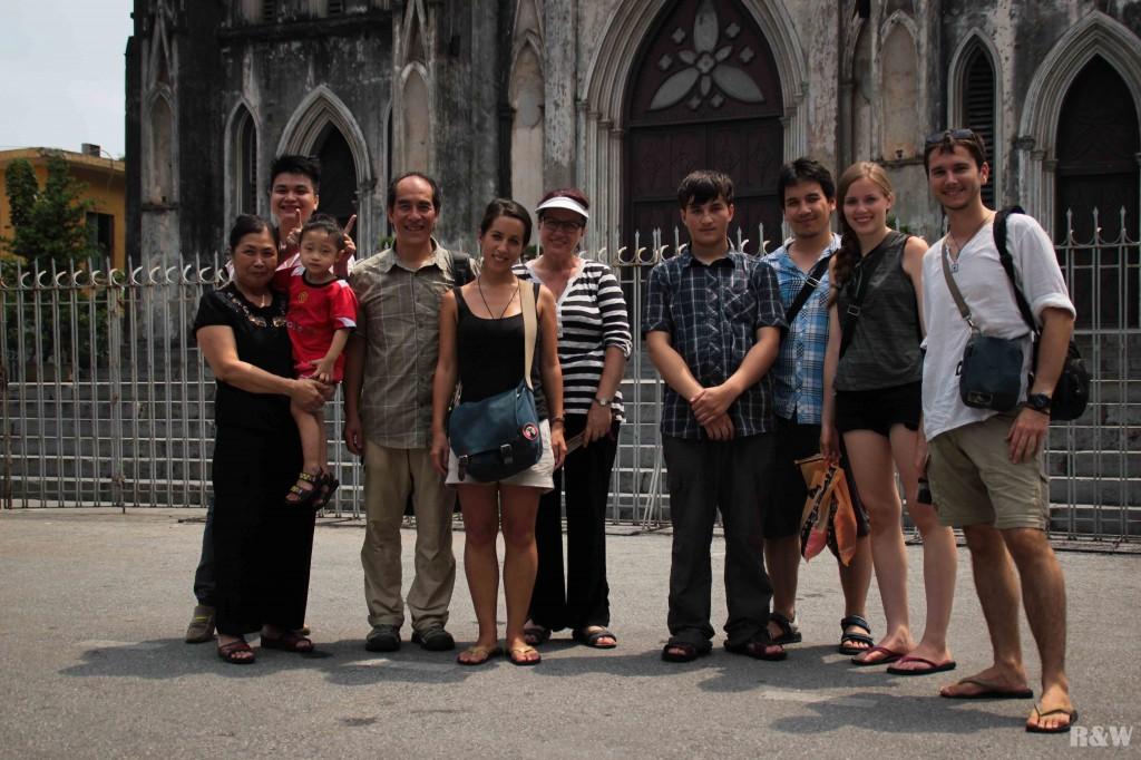 Une petite famille devant la l'Eglise Saint Joseph