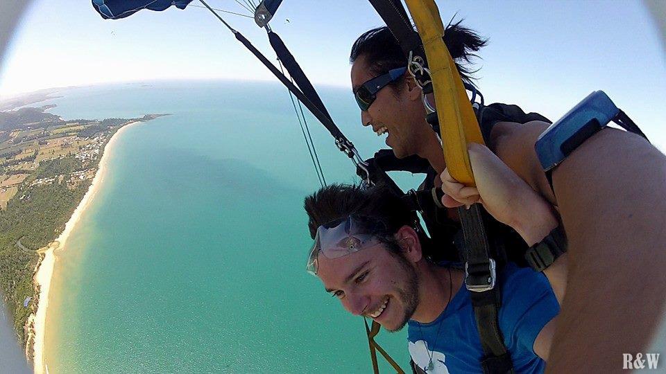 Flo saute en parachute au-dessus de Mission Beach