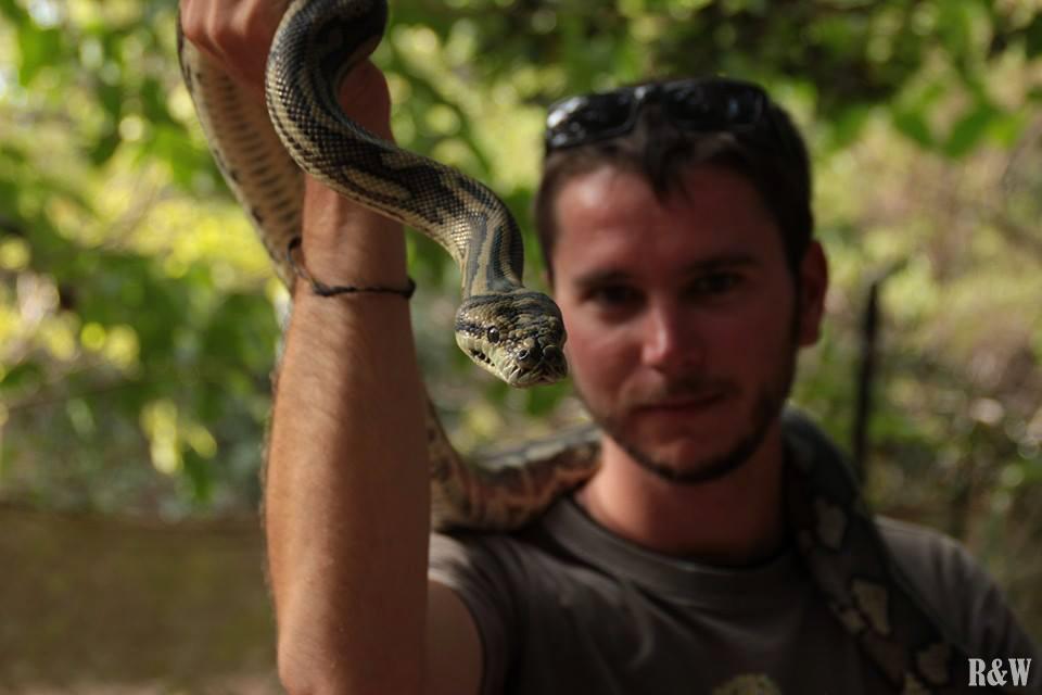 Flo qui porte un python