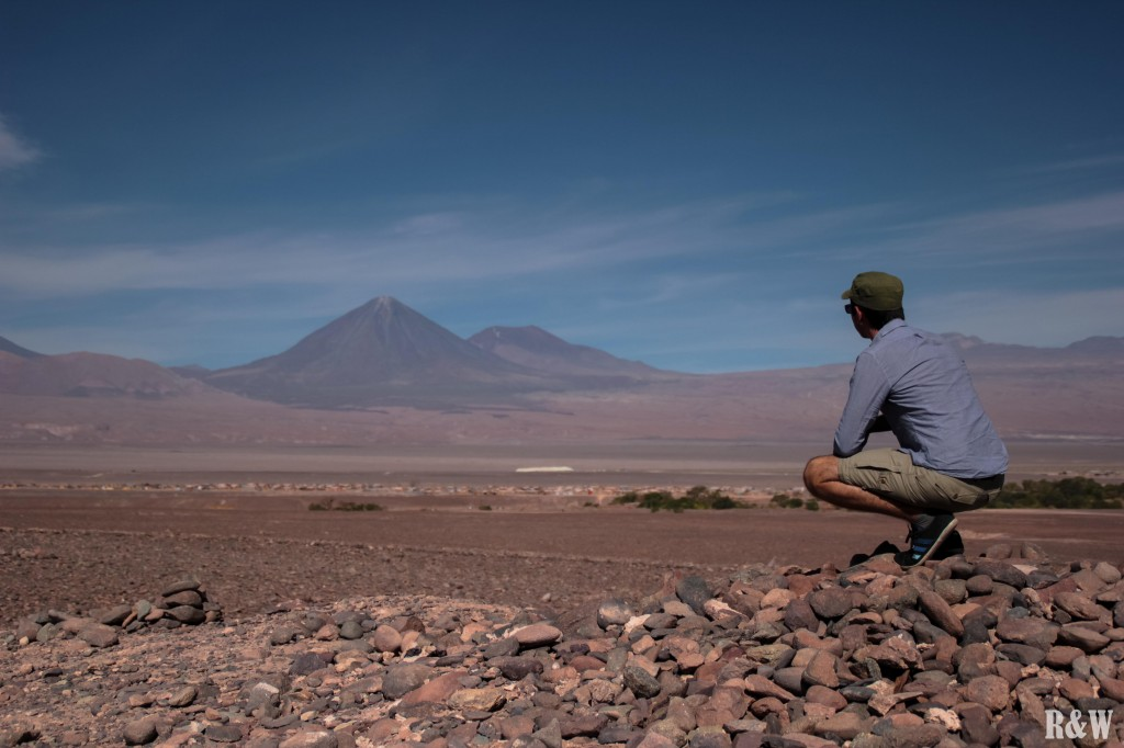Au mirador de Kari, Flo observe le volcan Licancabur