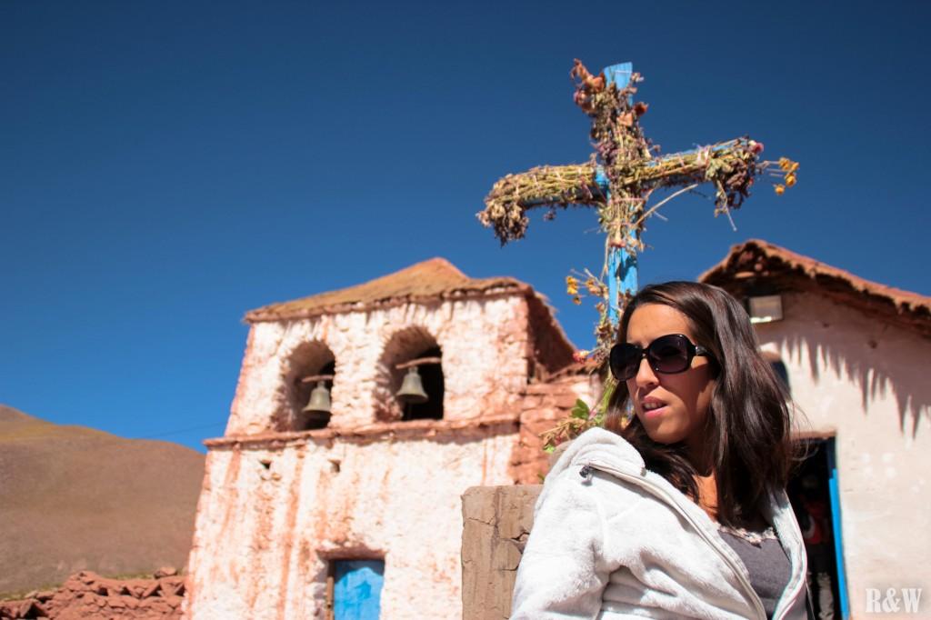 Arou devant l'église du village Machuca. (Pour info, cette église fait la couverture d'une des dernières édition du Routard au Chili)