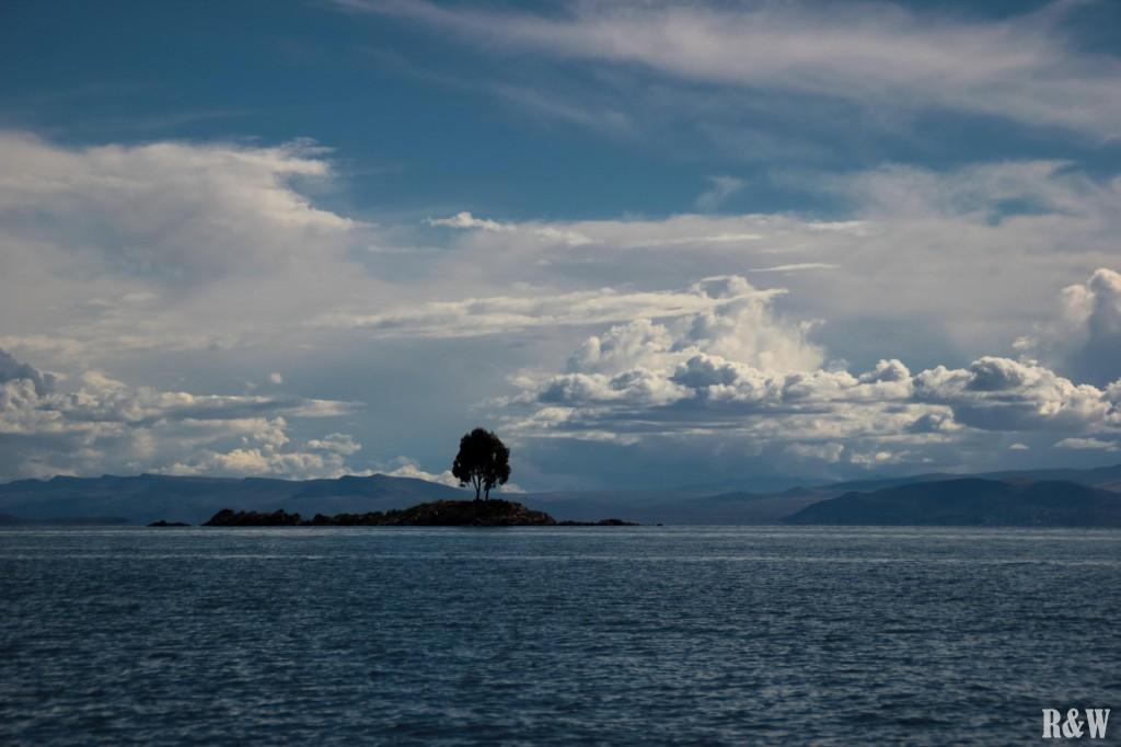 Le Lac Titicaca, de l'eau, des arbres, des nuages...