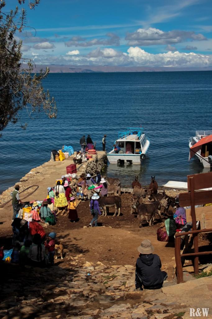 Les habitants déchargent les marchandises arrivées au port sud