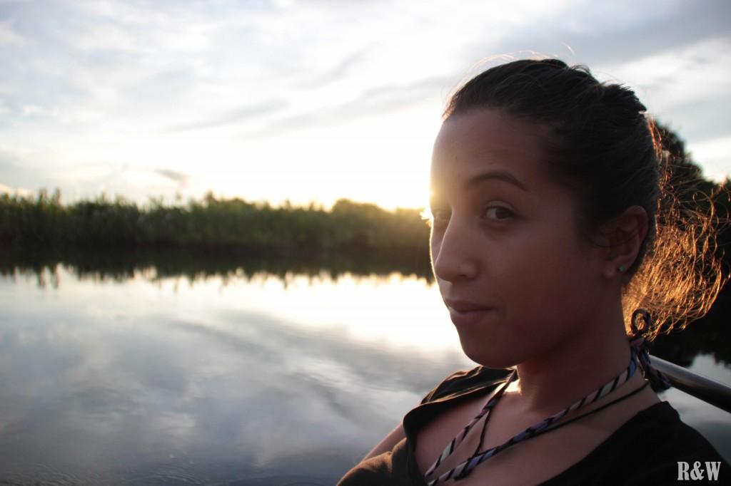 Naviguer sur une rivière amazonienne, du pur insolite !
