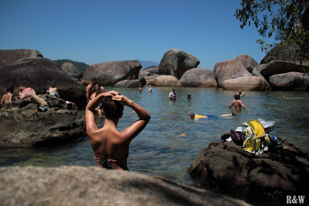 Après une petite marche à travers forêt tropicale le long de la côte, arrivée à la piscine pour se rafraichir.