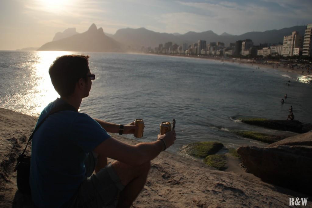 Flo, deux petites bières à la main avant le coucher du soleil